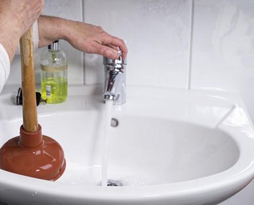 Déboucher le lavabo d'une salle de bain